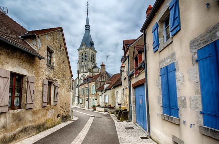 A street works its way through Châtillon-sur-Loire.